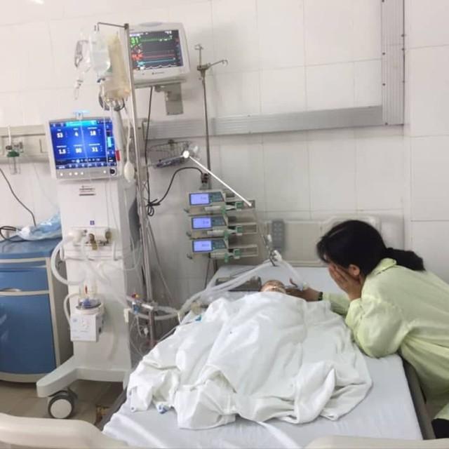 Chị Xanh lo lắng bên con tại phòng hồi sức cấp cứu BV Trẻ em Hải Phòng. Ảnh: CTV