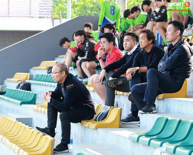 Thầy Park cùng trợ lý Lee Young-jin dự khán trận đấu của sinh viên Hàn Quốc và CLB Viettel.