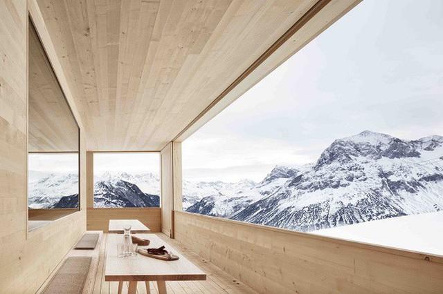 1. Kiến trúc sư Ski Lodge Wolf đã thiết kế ngôi nhà gỗ đáng kinh ngạc này ở tận vùng núi quanh năm bị băng tuyết bao phủ. Sự đơn giản, mộc mạc của nó đối lập hoàn toàn với khung cảnh hùng vĩ của núi non bên ngoài khiến bất cứ ai cũng phải chấn động.