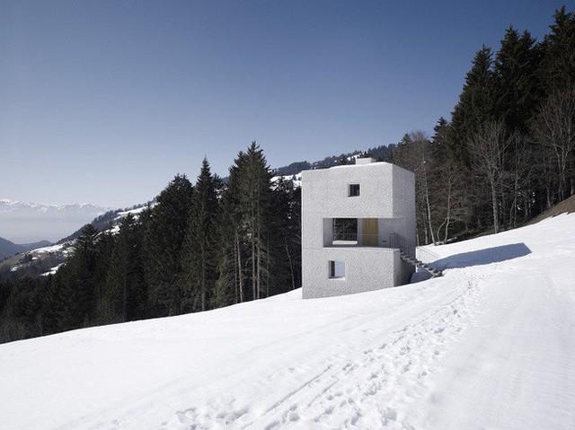 2. Ngôi nhà nằm trên núi và bên cạnh rừng thông của Marte.Marte Architekten nhỏ bé trước khung cảnh thiên nhiên rộng lớn. Sử dụng những tấm đá tảng lớn để làm khung chắc chắn của ngôi nhà đồng thời giữ nhiệt độ vào những ngày giá rét.