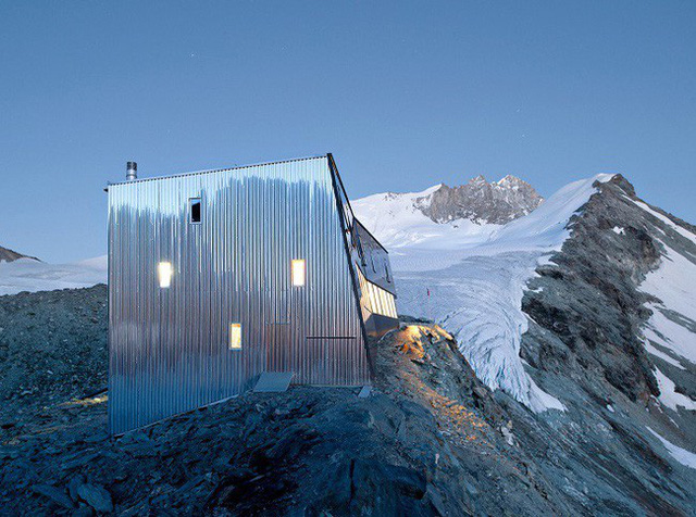 11. Savioz Fabrizzi Architectes đã thiết kế một ngôi nhà đơn giản bằng các tấm tôn dày ở đỉnh của ngọn núi nhỏ.