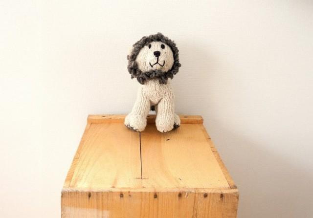 Sư tử ngồi trên bàn vô cùng dễ thương.