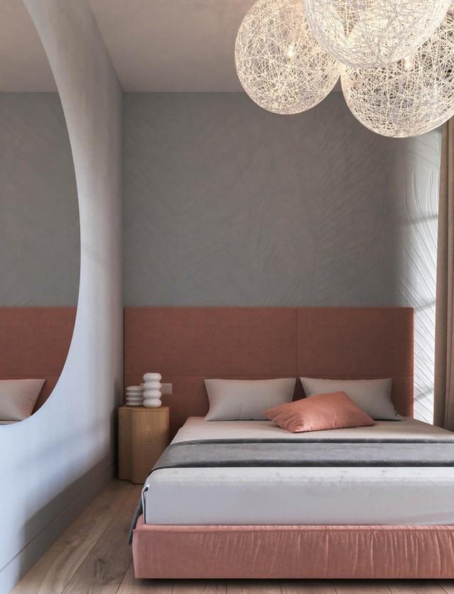 Chiếc giường có điểm nhấn là màu hồng san hô nhưng vẫn được phụ trợ các gam màu trầm khác từ đệm và gối.