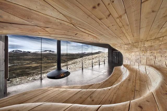 12. Lấy cảm hứng từ những dải cát dài trước gió ở vùng hoang mạc, Snøhetta đã thiết kế không gian ngôi nhà độc đáo với cái nhìn ra vùng núi hoang cằn cỗi.