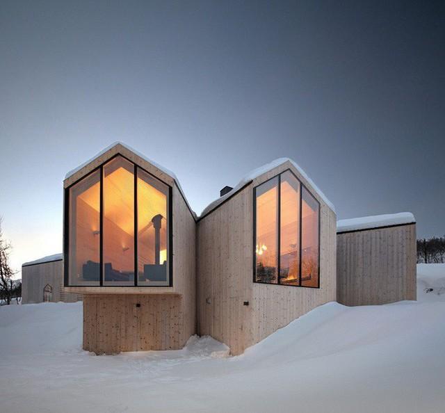 13. Nằm ở núi tuyết Lodge, Reiulf Ramstad Arkitekter thiết kế một ngôi nhà bằng gỗ với kết cấu tách nhỏ không gian để giữ ấm hiệu quả nhất.