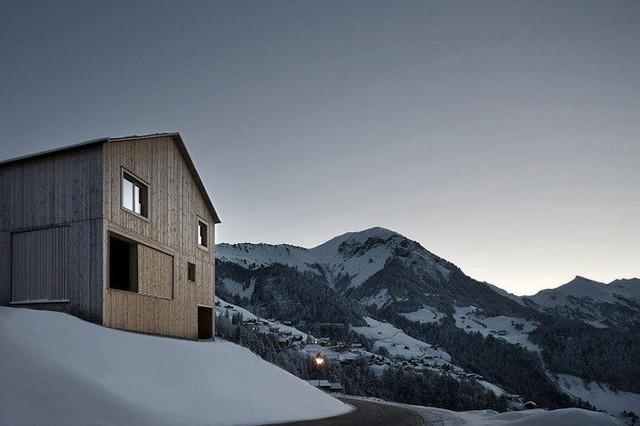 3. Ngôi nhà gỗ giản dị theo phong cách Nhật Bản của kiến trúc sư Haus Fontanella lần nữa chứng minh không có điều gì là không thể. Nằm trong quần thể nhà ở tự nhiên được xây dựng ở vách núi những ngôi nhà này mang tới cuộc sống giản dị và gần gũi.