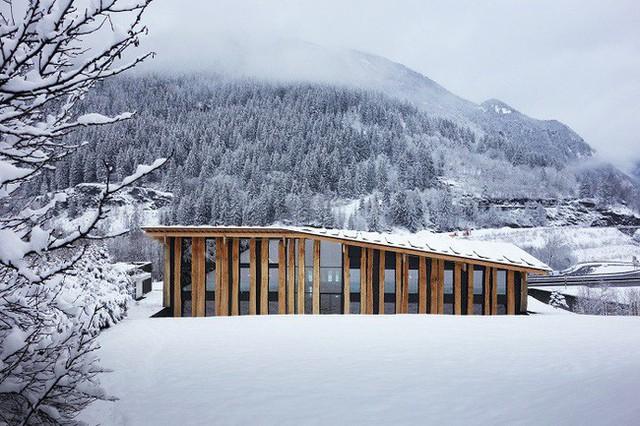 7. Ngôi nhà của nhà nghiên cứu Kengo Kuma & cộng sự được xây dựng không nhằm mục đích gì khác ngoài phục vụ cuộc sống đặc biệt của họ nơi rừng núi quanh năm phủ tuyết này.