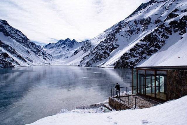 8. Nhà gỗ của Nicolás del Rio và Max Núñez có tầm nhìn ra hồ lớn và núi băng khiến ai cũng phải choáng ngợp.