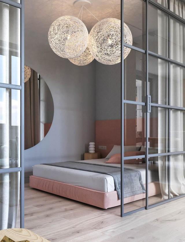 Một phòng ngủ có không gian mở nhờ cửa kính thủy tinh trượt. Ánh sáng tự nhiên đi qua từ sảnh và có thể được chắn bởi chiếc rèm lớn phía sau cửa.