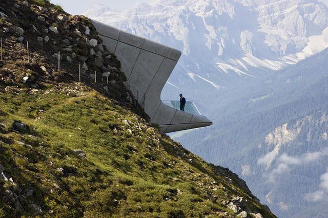 10. Nằm ở núi Messner Corones công ty kiến trúc Zaha Hadid Architects đã thiết kế ngôi nhà có 1-0-2 với phần mái hiên nhô ra ngoài trời táo bạo.