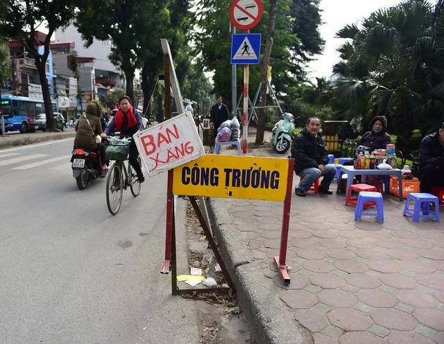 Cùng với việc mở rộng đường, phía sát bờ sông Tô Lịch cũng sẽ làm lan can đi bộ, người đi xe đạp.
