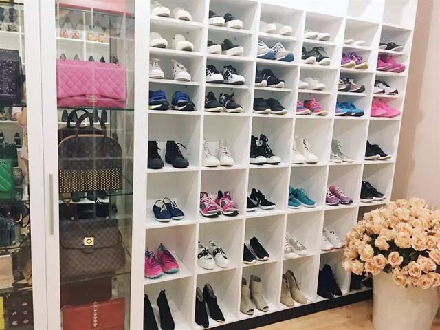Người đẹp cho biết, tính riêng số lượng giày dép cũng phải lên tới mấy trăm đôi. Cô thích đi giày thể thao hàng ngày vì nó thoải mái, còn chỉ mang cao gót khi đi sự kiện. Trà Ngọc Hằng thường mua giày cao gót của Dior, Christian Louboutin,...
