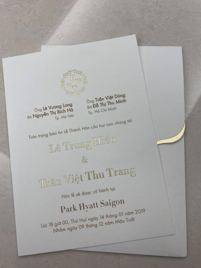 Thiệp cưới của Lê Hiếu và bạn gái được thiết kế rất đơn giản. Hiện tại, thiệp mời này đang được cặp đôi gửi đến tay bạn bè thân thiết.