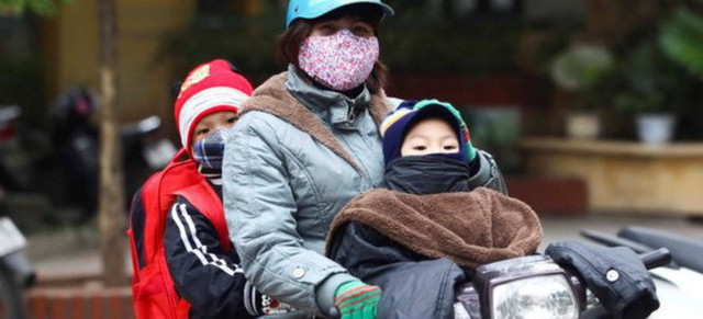 Trẻ nhỏ sức đề kháng kém dễ bị mắc bệnh khi thời tiết lạnh sâu.