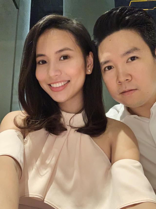 Cách đây vài ngày, Lê Hiếu đã đăng tải hình ảnh selfie cùng bà xã tương lai. Đây cũng là lần đầu tiên, nam ca sĩ công khai đăng tải hình ảnh chụp chung với bạn gái lên trang cá nhân, sau công bố hôn lễ vào ngày 14/1 tới.