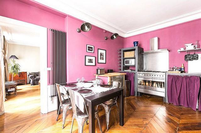 Căn bếp được cân bằng màu hồng với màu tím theo phong cách chiết trung.