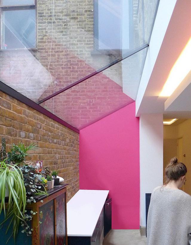 Một bức tường màu hồng san hô sẽ khá ấn tượng với màu gạch và kính trong bếp.
