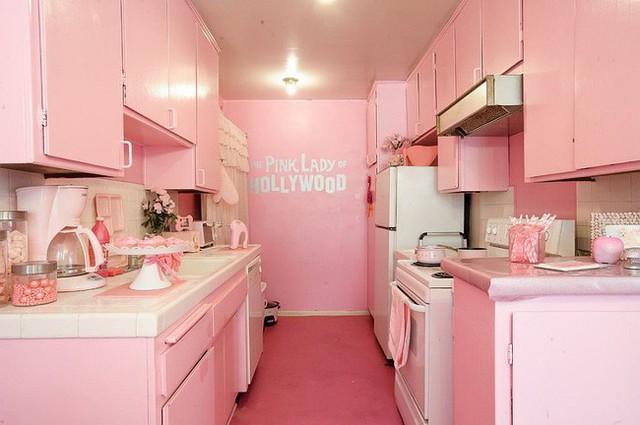Không gian nấu nướng đẹp với màu nền hồng, hệ thống tủ màu hồng kết hợp với điểm nhấn từ vật dụng màu trắng tạo nên vẻ đẹp trẻ trung và ngọt ngào phù hợp với những gia đình trẻ.