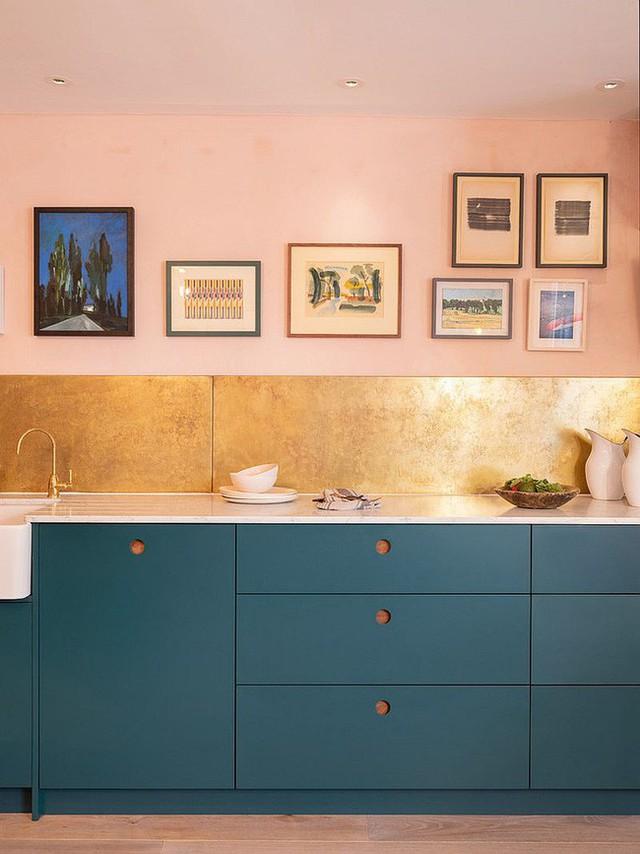 Góc bếp đẹp thanh lịch, hiện đại với sự kết hợp khéo léo giữa tông hồng nhạt cho tường và tủ bếp màu xanh đậm.