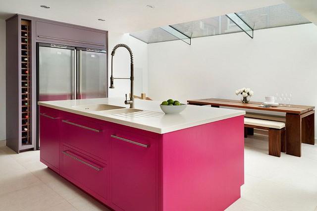 Đảo bếp màu hồng giúp không gian nhà bếp được sử dụng màu trắng làm gam chủ đạo trở nên hiện đại, đáng yêu nhưng không kém phần tinh tế.