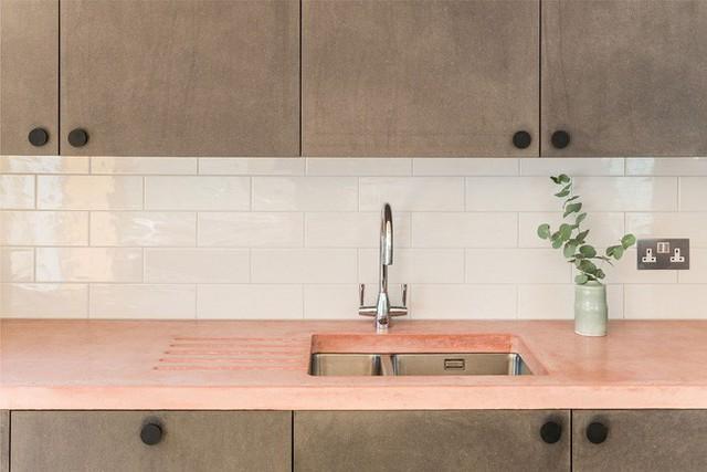 Mặt bàn màu hồng nhạt với lớp sơn mờ tạo vẻ đẹp Vintage vô cùng đặc biệt.