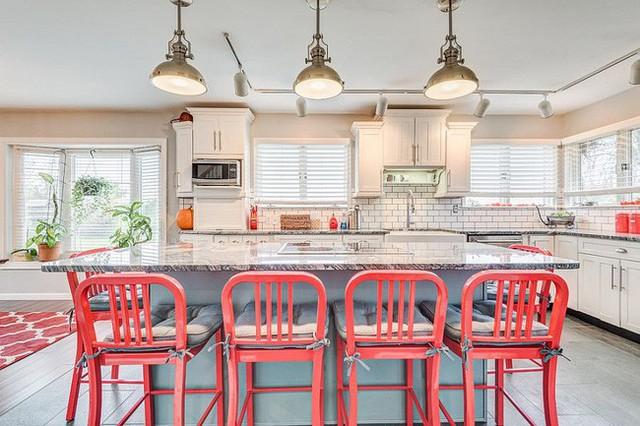 Chỉ cần chọn ghế màu hồng cam, kết hợp phụ kiện, vật dụng trang trí hay đồ trong bếp có cùng tông màu là đã tạo nên bí quyết làm mới không gian bếp.