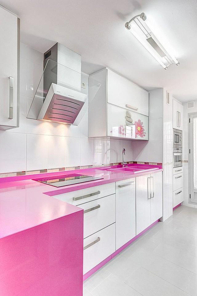 Kết hợp hài hòa giữa tủ bếp màu hồng và màu trắng, không gian nấu nướng đẹp hiện đại, cuốn hút dành cho những gia đình trẻ.