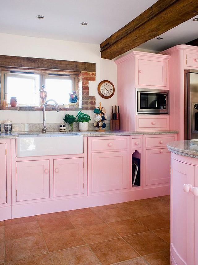 Phòng bếp truyền thống với tủ bếp màu hồng kết hợp dầm trần gỗ.