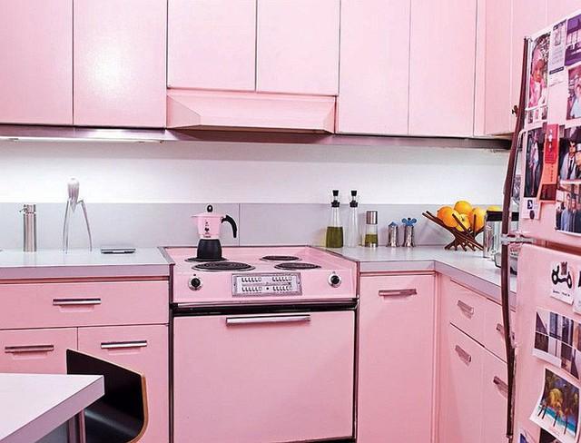 Nhà bếp hiện đại với màu hồng pastel tạo cảm giác thư giãn cho người sử dụng.