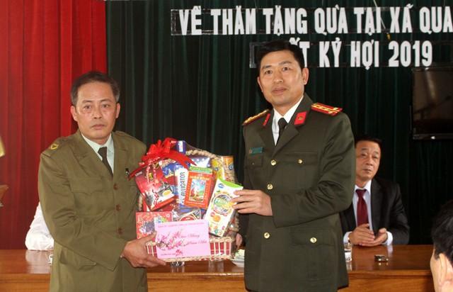 Công an xã Quang Hưng được Công an tỉnh Hải Dương tặng quà và chúc Tết Kỷ Hợi. Ảnh: Đ.Tùy