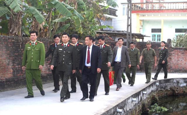 Đại diện Công an tỉnh Hải Dương cùng huyện Ninh Giang thăm tặng quà bé gái bị đối tượng Hậu khống chế trong nhà tắm tại xã Quang Hưng. Ảnh: Đ.Tùy