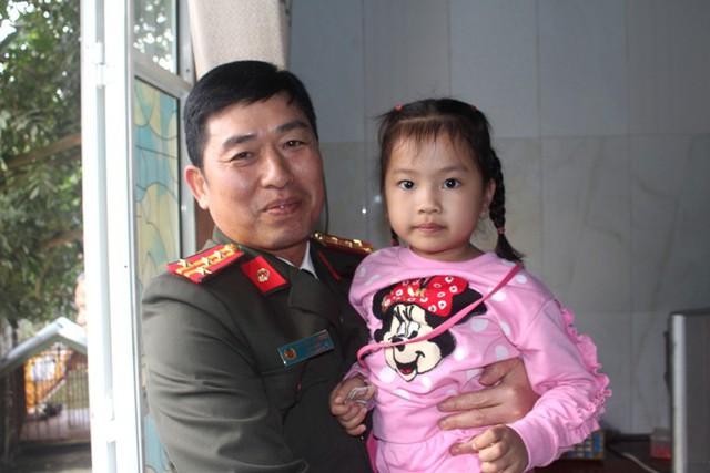 Giám đốc Công an tỉnh Hải Dương và bé gái 3 tuổi Nguyễn Thiên Nga. Ảnh: Đ.Tùy