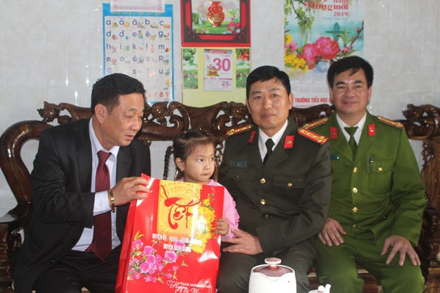 Giám đốc Công an tỉnh Hải Dương và huyện Ninh Giang tặng quà động viên cháu Nga cùng gia đình. Ảnh: Đ.Tùy