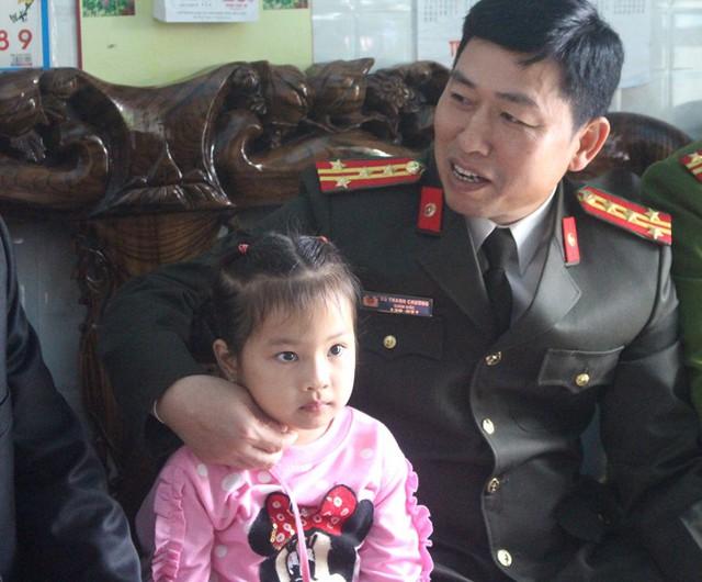 Đại tá Chương tả lại hành động của đối tượng Hậu cầm dao kề vào cổ cháu bé. Ảnh: Đ.Tùy