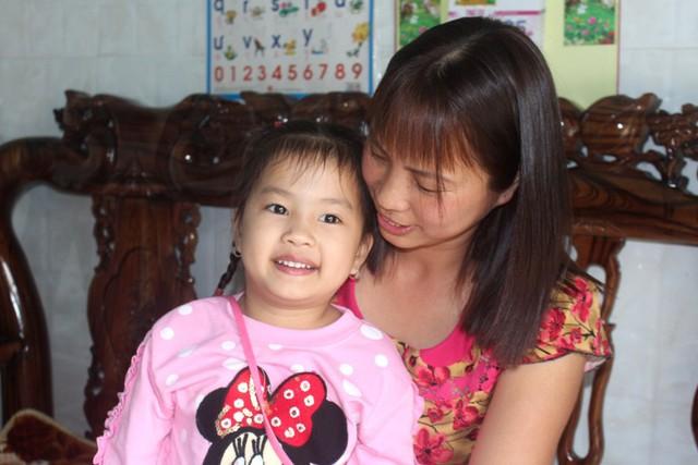 Niềm vui của 2 mẹ con chị Hương khi đón nhận món quà bất ngờ từ huyện Ninh Giang và Đại tá Chương. Ảnh: Đ.Tùy