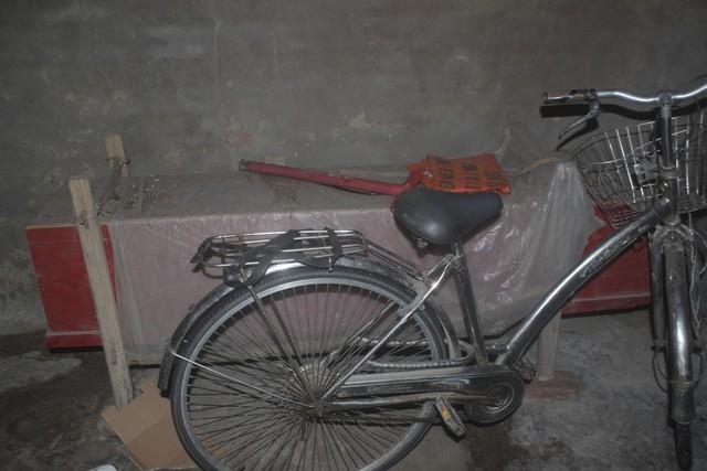 Tài sản quý giá nhất của bà Lài là chiếc quan tài sắm sẵn và chiếc xe đạp cũ kỹ. Ảnh: Sơn Nguyễn.
