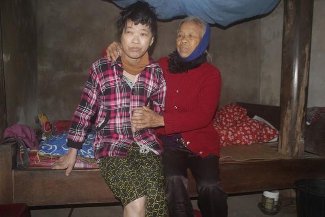 Mọi sinh hoạt của con đều do tay người mẹ già chăm sóc. Ảnh: Sơn Nguyễn.
