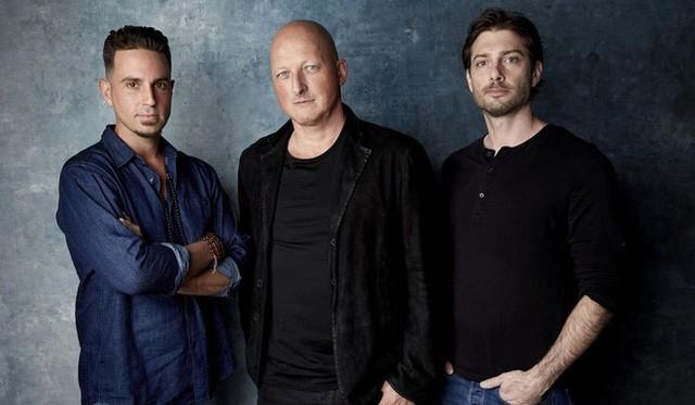 Wade Robson (trái) và James Safechuck (phải) bên đạo diễn Dan Reed.