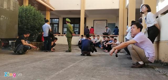 Do hết chỗ ngồi, nhiều người phải ngồi ngoài nghe tòa tuyên án. Ảnh: Hoàng Lam.