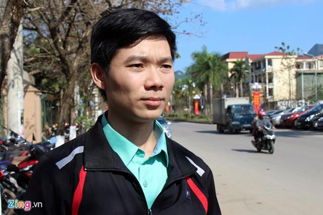 Hoàng Công Lương đứng trước cổng tòa chiều 30/1. Ảnh: Hoàng Lam.