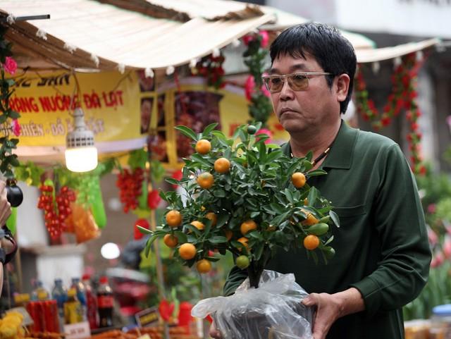 Quất cảnh mini, đào mini hay những gốc cây nhỏ xinh đó là đặc trưng không lẫn vào đâu được khi có mặt tại phiên chợ này.