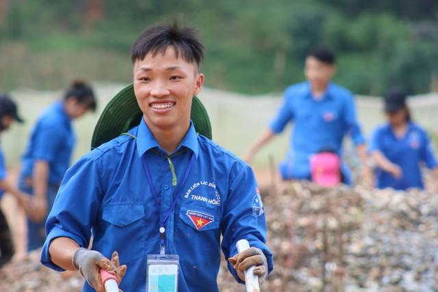 Sùng A Cá sinh năm 1997, cậu tham gia tổ chức nhiều chuyến đi tình nguyện vùng cao cùng các thành viên câu lạc bộ. Ảnh: BTC