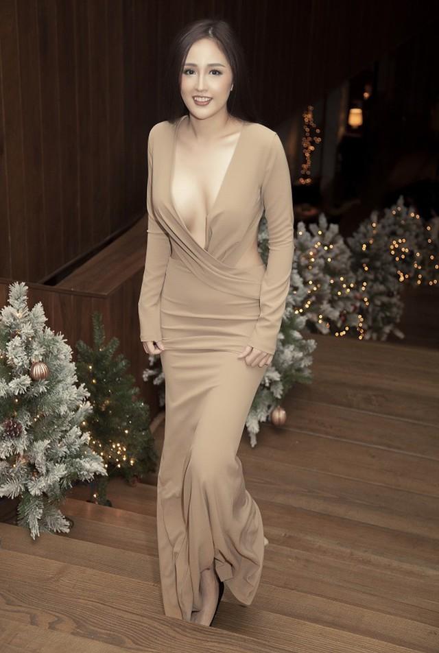 Mai Phương Thúy cũng là tín đồ của những chiếc váy khoét ngực sâu. Đôi khi cô nàng cũng quên nội y khiến người khác không thể không ngước nhìn vì vẻ sexy của mình.