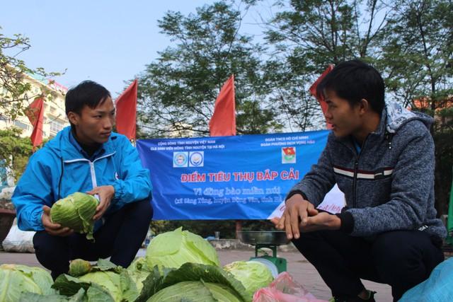 Sùng A Cá tranh thủ trao đổi công việc với Chùa trong lúc bán bắp. Ảnh: Tô Băng