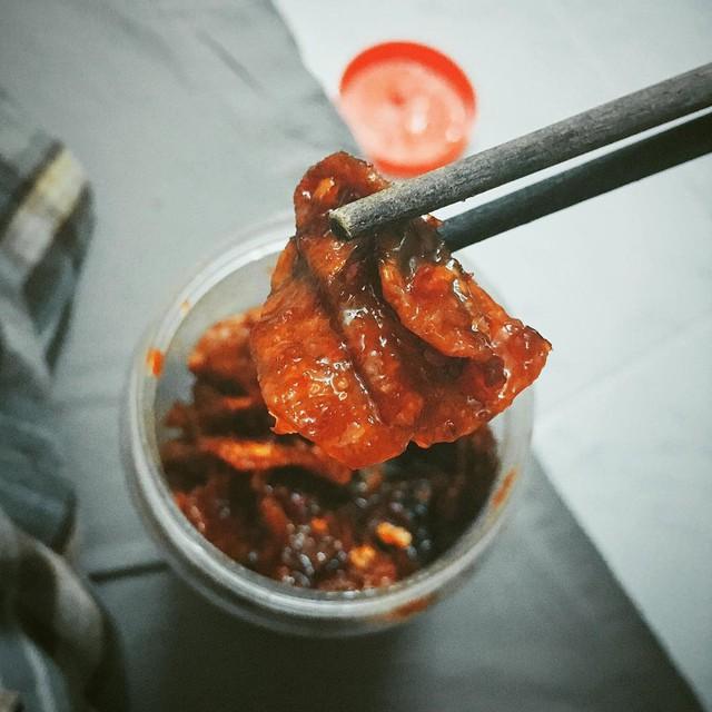 """Mực rim: Mực rim sa tế, mực rim me đều là những món """"lai rai"""" ngon mê ly. Mực phơi một nắng, có độ dai vừa phải, được tẩm ướp gia vị đậm đà. Khi nhấm một miếng, vị cay lan tỏa khắp cơ thể kích thích sự thèm ăn bên trong bạn. Với vị đậm, mực rim là lựa chọn để nhậu cũng hao mồi mà ăn với cơm cũng """"tốn"""" không kém. Mực rim là lựa chọn tuyệt vời để bạn đổi vị khi đã quá ngán các món ăn ngày Tết. Ảnh: 5giay, @tony.caotananh."""