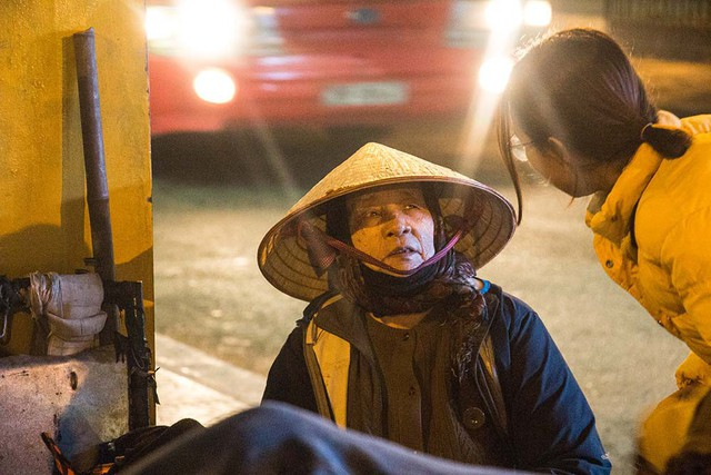 Vẻ mặt ngỡ ngàng của cụ bà ở bến xe buýt trung chuyển Lương Yên - Long Biên khi hai thành viên trong nhóm tình nguyện xuất hiện.