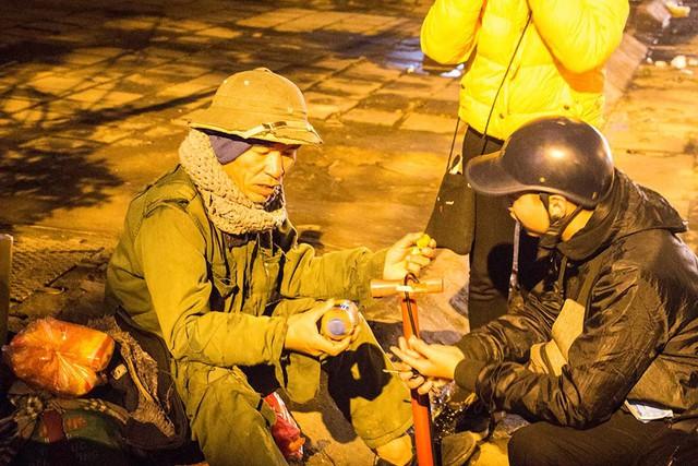 Trời đã về đêm, cụ ông vẫn lang thang trên đường Trần Nhật Duât. Sự xuất hiện của nhóm thiện nguyện giúp ông ấm áp và vui vẻ hơn.