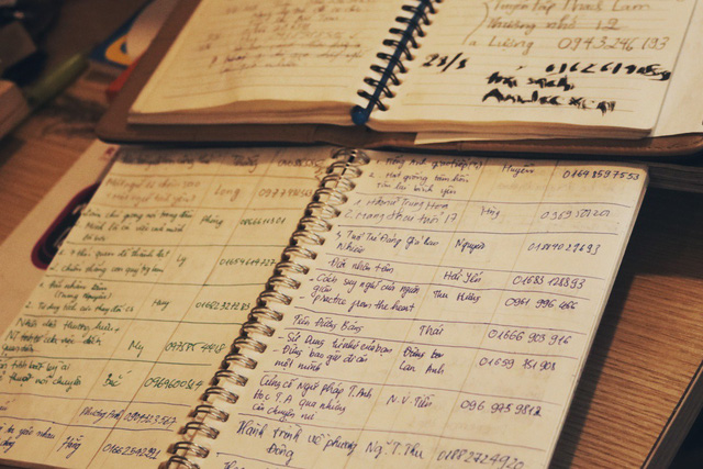 Mỗi lượt khách mượn sách mang về đều được các cộng tác viên ghi chép lại trong sổ.