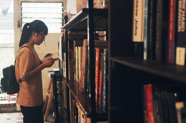 Hằng ngày, dù trời mưa hay nắng, thư viện đều có các bạn trẻ đến đọc sách.