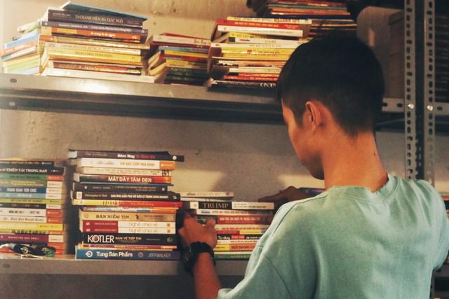 Những cuốn sách luôn được sắp xếp theo từng vị trí, ngay ngắn, gọn gàng trên kệ.